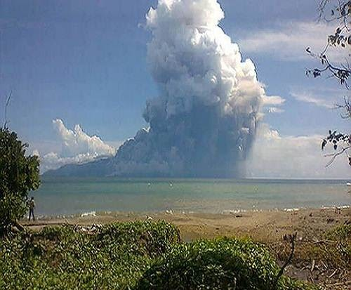 Paluweh_volcano_eruption_2013_photo